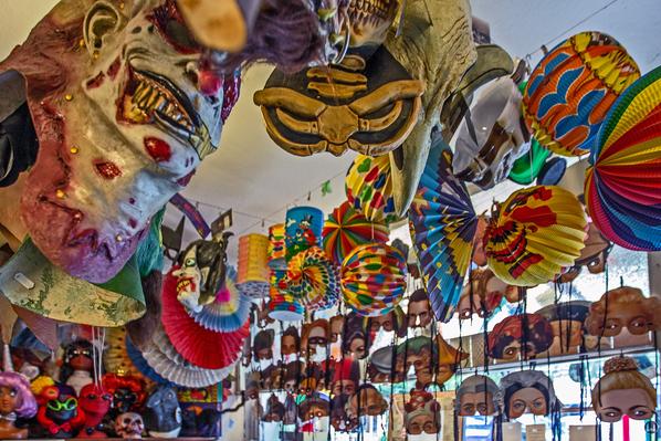 Der Zauberkönig in Berlin - Neukölln. Masken an der Decke des alten Ladens Hermannstraße.