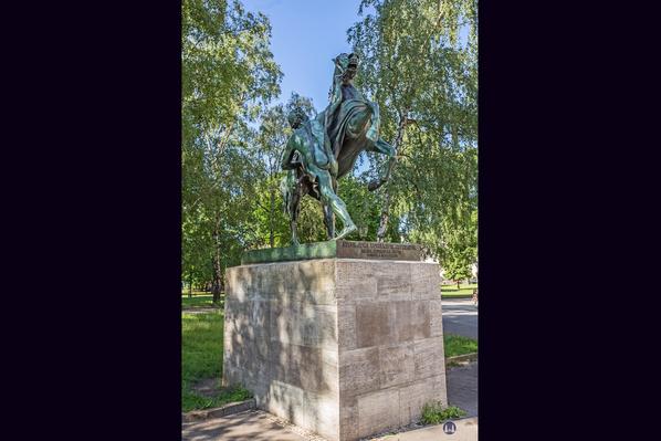 Das Berliner Schloss in Mitte. Rossbändiger im Kleistpark. Erste Figur.