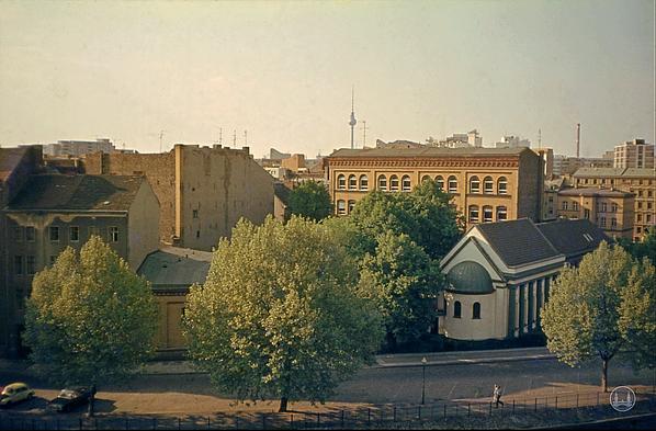 Das Ensemble aus Schule, Lehrerwohnhaus und Synagoge im Jahre 1979.