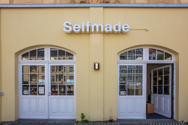 Das Tempelhofer Tivoli an der Friedrich - Karl - Straße. Selfmade - Creative Store. Eingangsbereich.