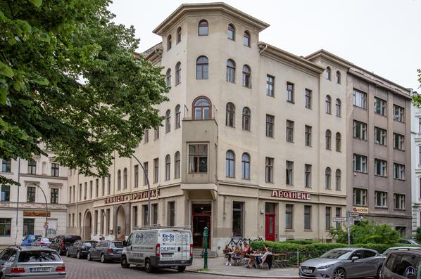 Oranien - Apotheke und Brasserie Ora, Berlin - Kreuzberg. Blick auf die Eckfassade.