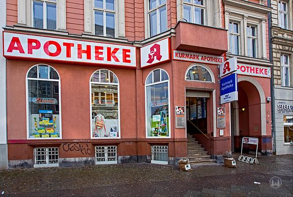 Kurmark-Apotheke an der Kurfürstenstraße in Berlin-Schöneberg. Fassade.