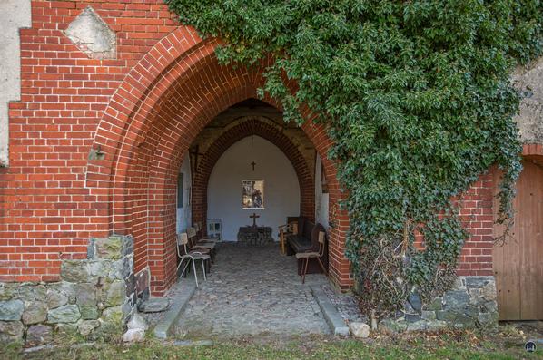 Historischer Gutshof Schloss Dahlewitz. Ehemalige Tordurchfahrt des Wasserturms.