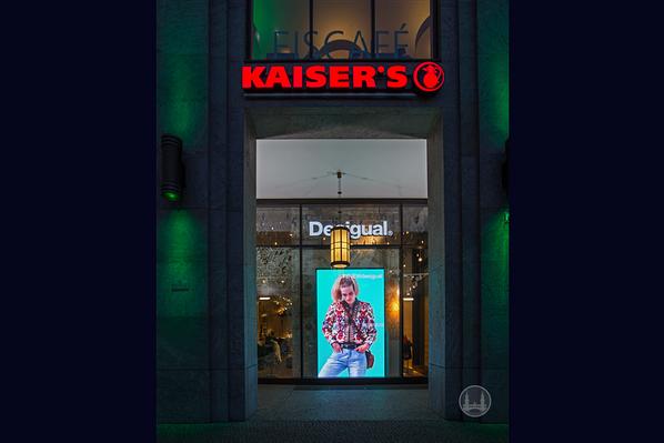 Kaiser's Werbung an der Mall of Berlin