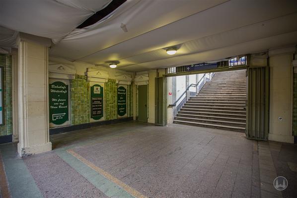 Stellwerk Lio in Berlin Lichterfelde - Ost. Blick in die baufällige Bahnhofshalle.
