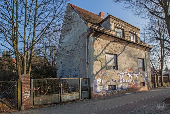 Das Geisterhaus vom Lichtenrader Damm in Berlin. Einfahrt zum Grundstück.