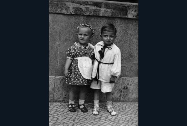 Vater und Cousine 1939 vor der Synagoge Fraenkelufer.