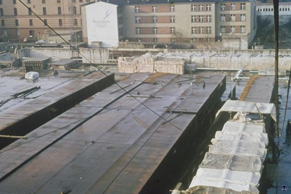 Die einzelnen Dachteile werden zusammengeschweißt.
