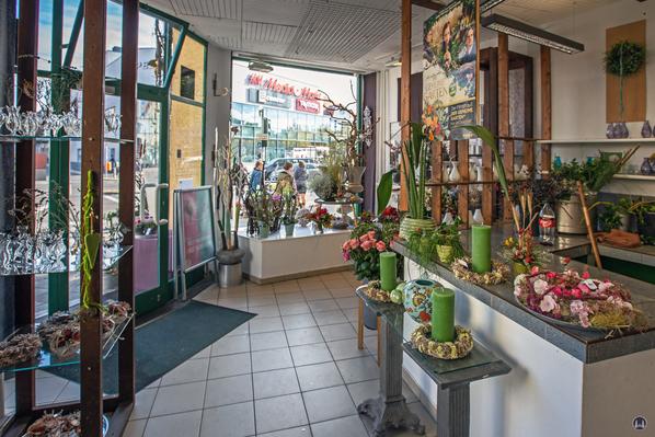 """Das Tempelhofer Tivoli an der Friedrich - Karl - Straße. Blick in den Blumenladen """"Die Grüne Ecke""""."""