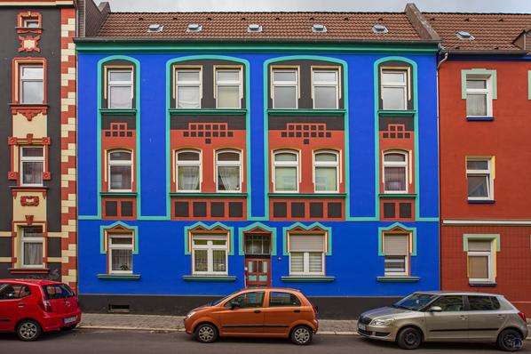 Statt stuckbeladener Ornamentik wird hier die Fassadengestaltung durch die Farbe übernommen. Otto-Richter-Straße in Magdeburg.