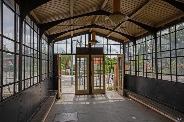 Der Bahnhof Lichtenrade. Blick durch das umgebaute Schutzhäuschen am Bahnsteigende.