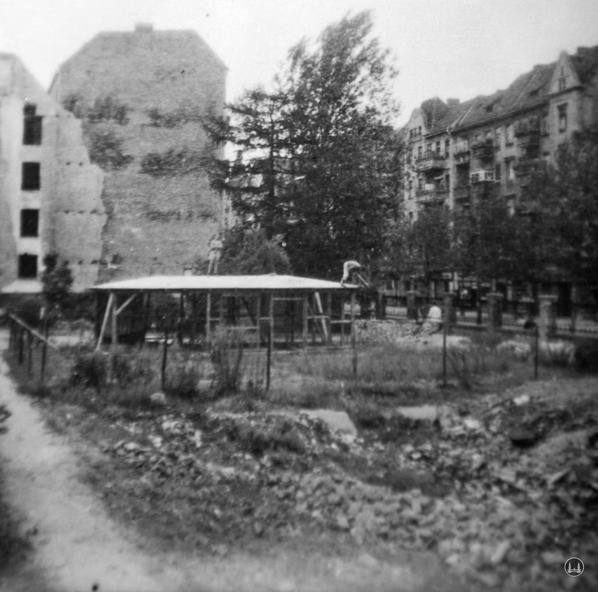 Der Bau des Werkstatt- und Bürogebäudes 1947.