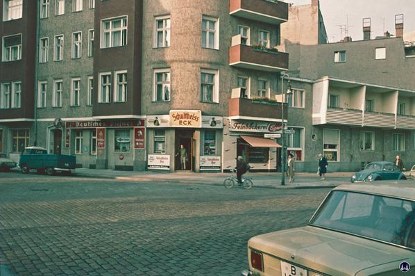 Gewerbehof Körtestraße 10 in Berlin - Kreuzberg. Eckhaus zur Freiligrathstraße mit Kneipe und Bäckerei 1963.
