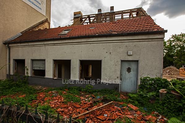 Berlin, Bauerngehöft Mariendorfer Damm 106. Das Dach ist weitgehend entfernt.