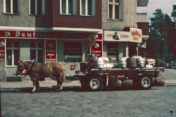 Gewerbehof Körtestraße 10. Eckhaus zur freiliograthstraße mit Brauerei - Pferdegespann vor der Kneipe.