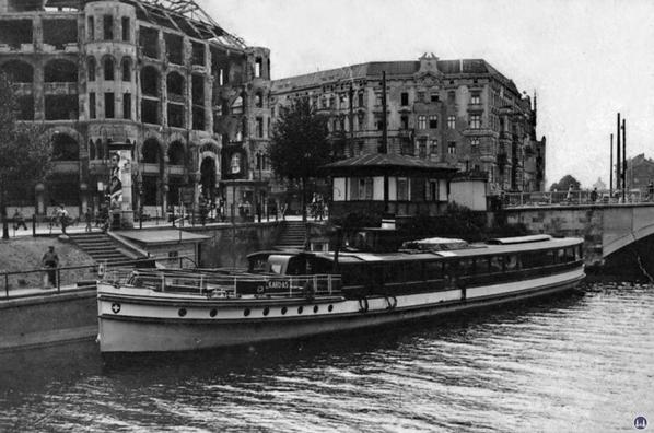 Die Kottbusser Brücke und Ankerklause 1947.