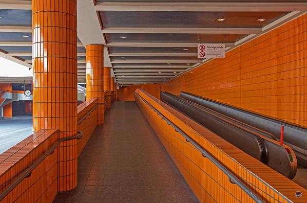 Das International Congress Centrum (ICC) Berlin. Rolltreppen zum Haupteingang.