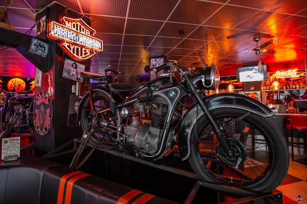 Das Flame-Diner in Berlin-Marienfelde. Altes BMW-Motorrad als Deko.