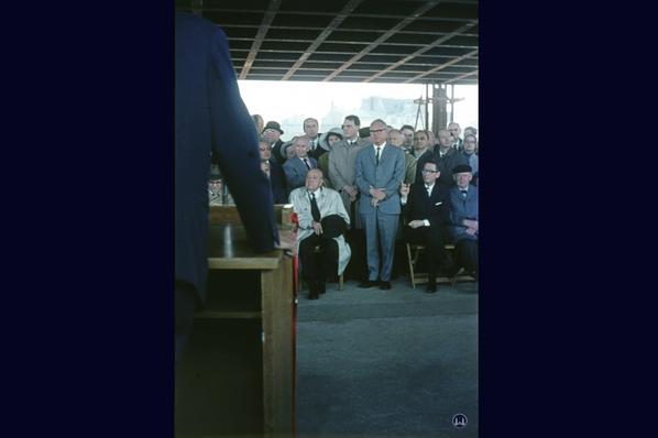 Richtfest der Neuen Nationalgalerie 1967. Sitzend Mies van der Rohe, dahinter sein Enkel Dirk Lohan.