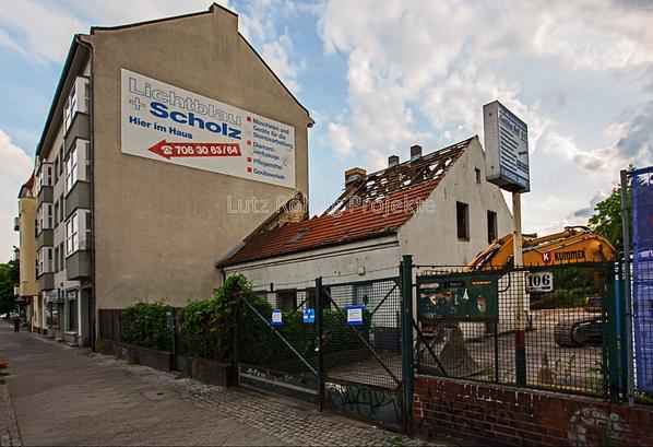 Berlin, Bauerngehöft Mariendorfer Damm 106. Blick auf das zum Abbruch bestimmte Bauernhaus.