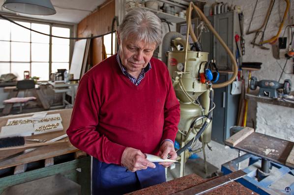 Herr Damerau beim Erklären der Bearbeitungstechniken von Grabsteinen.