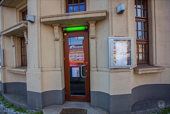"""Stellwerk Lio in Berlin Lichterfelde - Ost. Zugang zum Restaurant """"Stellwerk"""" vom ehe. Toilettengebäude aus."""