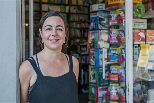 Lina Hilsing vor ihrer Lichtenrader Bücherstube