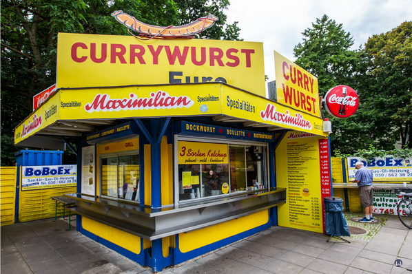 Der Bahnhof Lichtenrade. Maximilian - Currywurststand.