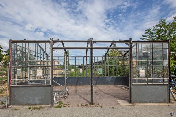 Der Bahnhof Lichtenrade. Linkes Schutzhäuschen wird für den Transport in den Garten des Landhaus Lichtenrade abgebaut.
