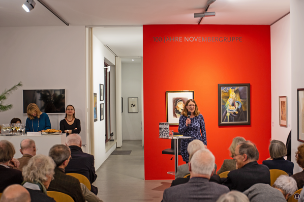 Bruno Taut. Präsentation in der Salongalerie Möwe. Frau Unda Hörner bei ihrem Vortrag.