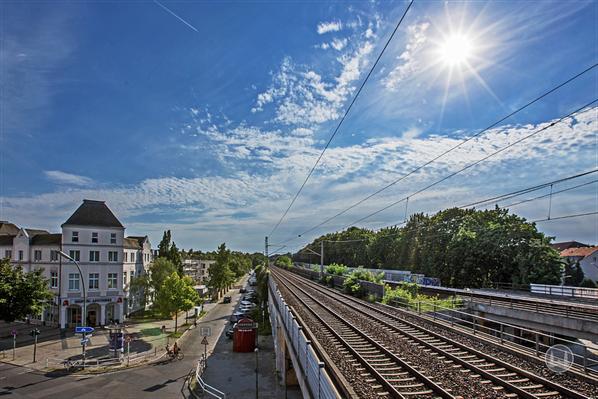 """Stellwerk Lio in Berlin Lichterfelde - Ost. Blick von der Terrasse des Restaurants """"Stellwerk""""."""