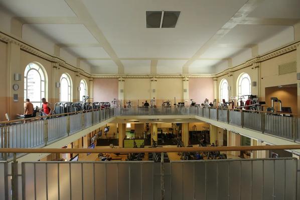 Das Tempelhofer Tivoli an der Friedrich - Karl - Straße. Blick von der Galerie des ehem. Sportstudios.