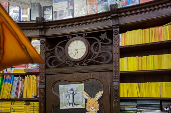Ludwig Wilde Buchhandlung. Kreuzberg, Körtestraße.  Alte Uhr in der historischen Ladeneinrichtung.