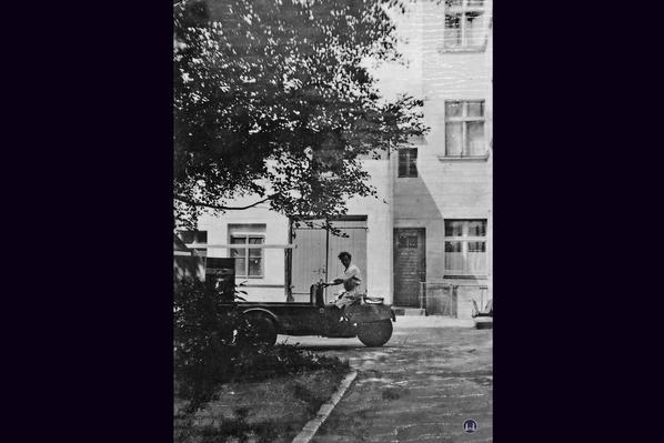 Molz Raumdesign am Mariendorfer Damm. Otto Molz im Hof mit seinem Tempo - Eilwagen T1