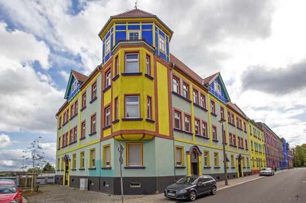 Eines der von Taut Und Krayl farbig umgestalteten Eckhäuser in der Otto-Richter-Straße in Magdeburg.