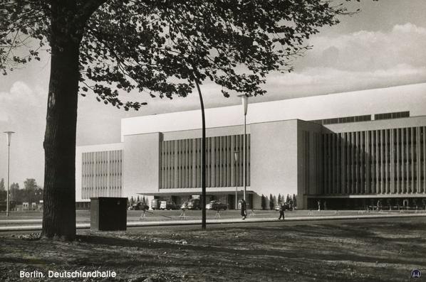 Ist Denkmalschutz nur ein anderer Begriff für Bauerwartungsland? Ansicht der Deutschlandhalle vor Abbruch.