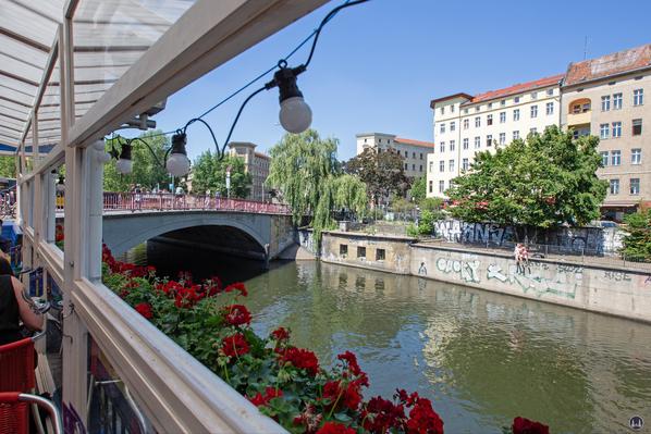 Blick von der Wasserterrasse der Ankerklause zur Kottbusser Brücke.