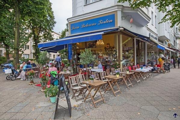 Frau Behrens Torten, Filiale Friedenau. Der Außenbereich im Sommer.