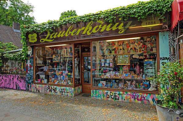 Der Zauberkönig in Berlin - Neukölln. Aussenansicht des abgerissenen Ladens in der Hermannstraße.
