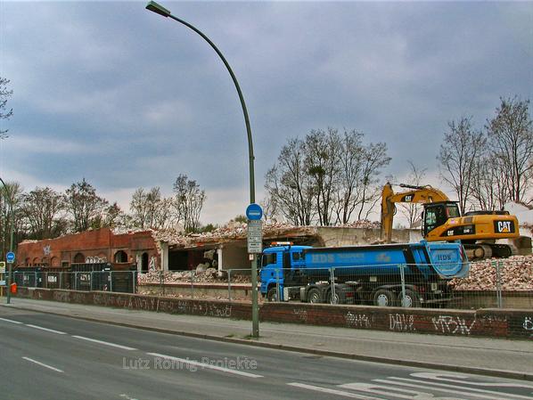 Zollpackhof der Anhalter Bahn, Berlin, Yorckstraße. Abbrucharbeiten mit Bagger und LKW.