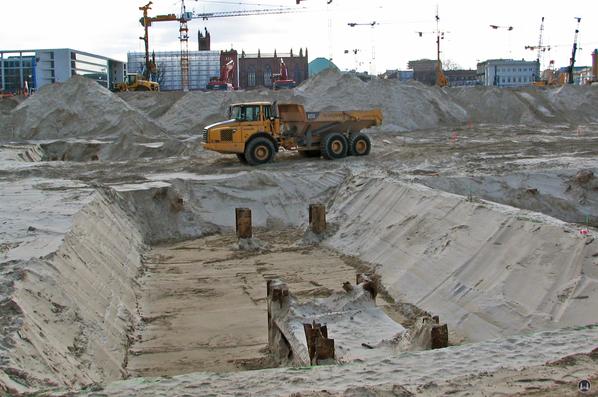 Das Berliner Schloss in Mitte. Reste der Stahlträgerfundamente des Palastes der Republik.