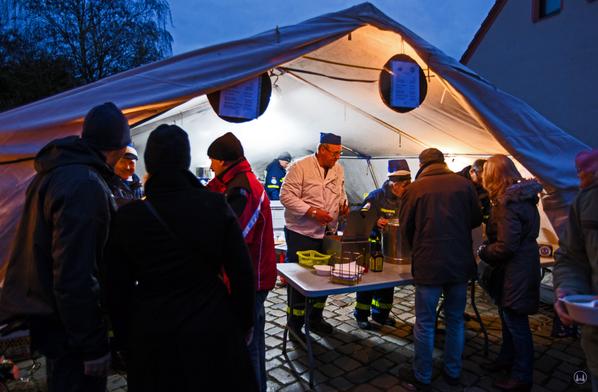 Auf dem Weihnachtsmarkt in Berlin - Lichtenrade präsentierte sich auch das THW. Versorgungszelt und Zubereitung sowie Ausgabe von Bratwurst und Co.