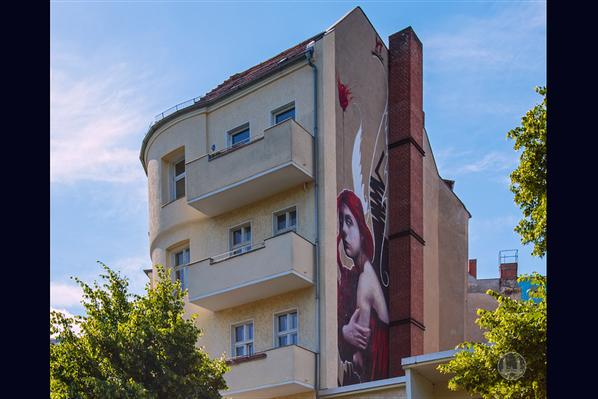 Street Art in Berlin. Zu schön, um wegzusehen. Engel in der Körtestraße.
