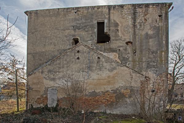 Historischer Gutshof Schloss Dahlewitz. Die an den Wasserturm angrenzenden Gebäude wurden im Krieg zerstört.