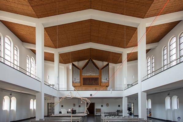 Der modern gestaltete Innenraum der ST. Matthäuskirche.