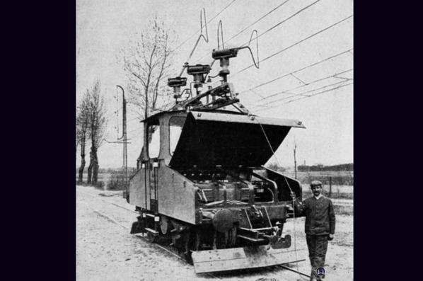 Die Königliche Militär-Eisenbahn. Blick in den Motorraum der Versuchslok auf der Strecke Lichterfelde - Zehlendorf.
