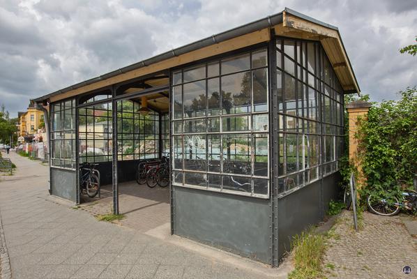 Der Bahnhof Lichtenrade. Linkes Schutzhäuschen noch als Fahrradstand.