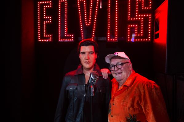 Das Flame-Diner in Berlin-Marienfelde. Mein Gast Nero Brandenburg lehnt sich an Elvis Presley.