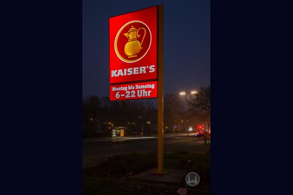 Kaiser's Hildburghauser Straße. Leuchtreklame.
