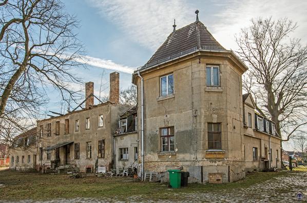 """Historischer Gutshof Schloss Dahlewitz. Blick auf dem """"Eckturm"""" des linken Seitenflügels."""